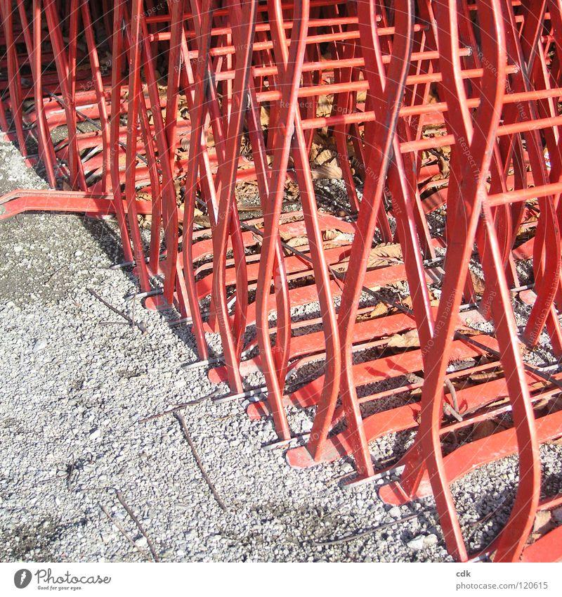quadratisch, praktisch, gut. rot Winter Farbe Erholung Straße Ernährung Herbst Wärme Wege & Pfade Sand Beine Metall hell Park Wetter Zusammensein