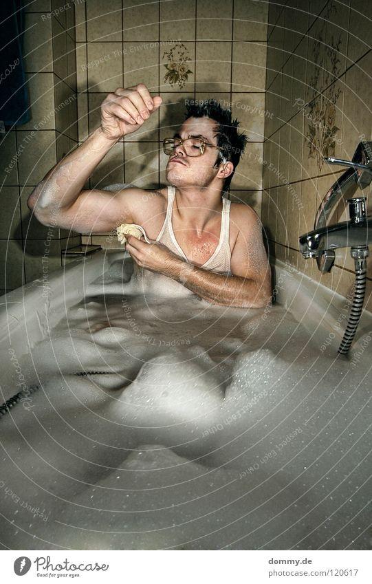 rechts Mann Kerl Hemd Unterhemd Brille Badewanne Fliesen u. Kacheln Muster Blume Schulter Augenbraue Lippen verrückt Asozialer unsozial Ekel Reinigen Spielen