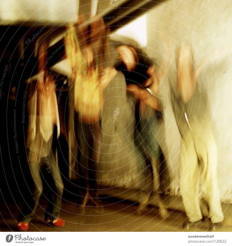 ::Aufschwung:: Mensch Mann springen Raum 4 analog Verzerrung Scan Balken