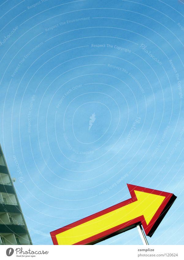 Ich will Raus! Ferien & Urlaub & Reisen Sommer Wolken Haus Fenster Gebäude oben Wohnung trist Hochhaus Armut Schönes Wetter hoch Flugzeug Dach