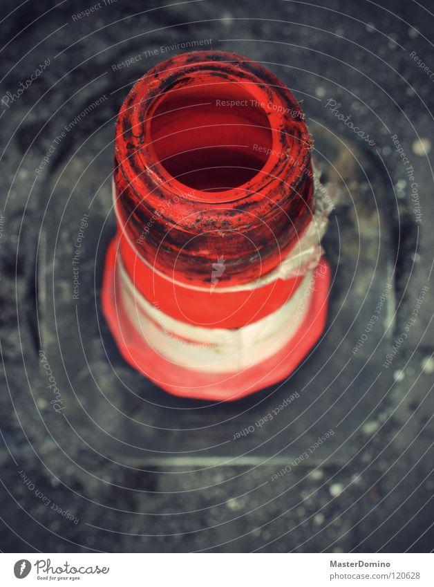 VLC weiß Straße orange dreckig Verkehr Sicherheit Baustelle Loch bauen Tiefenschärfe Warnhinweis Pflastersteine Signal Bauschutt Verkehrsleitkegel kegelförmig