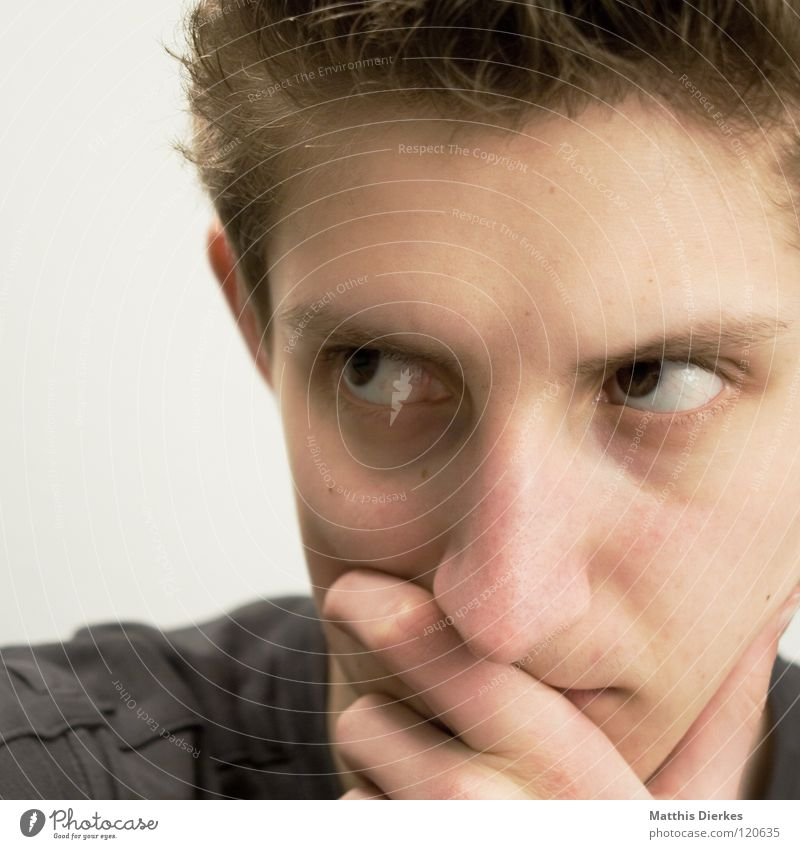 Denker Mann Jugendliche Ärger Denken Beule Körperhaltung untergehen ernst humorlos Philosoph Konzentration verbissen Gefühle Wut planen Erfolg Mensch Nase