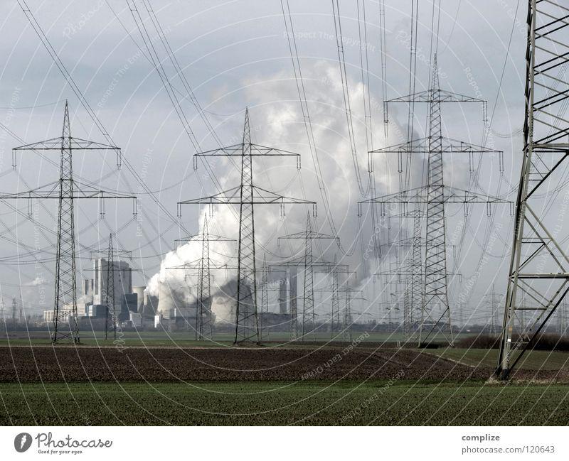 Kraftwerk Himmel Natur Wolken Ferne Feld Energiewirtschaft gefährlich Elektrizität Kabel Industrie bedrohlich Technik & Technologie Fabrik Rauch Strommast Sorge