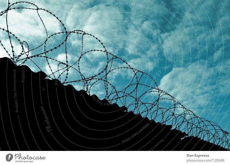 Guantanamo Freiheit Himmel Wolken Mauer Wand blau Sicherheit Gewalt Stacheldraht Zaun gefangen Justizvollzugsanstalt bewachen Haftstrafe Sträfling einsperren