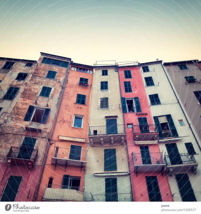 Magermodels Ferien & Urlaub & Reisen alt Haus Fenster Wand Mauer außergewöhnlich Zusammensein Fassade Wohnung Häusliches Leben Idylle Tür hoch Vergänglichkeit