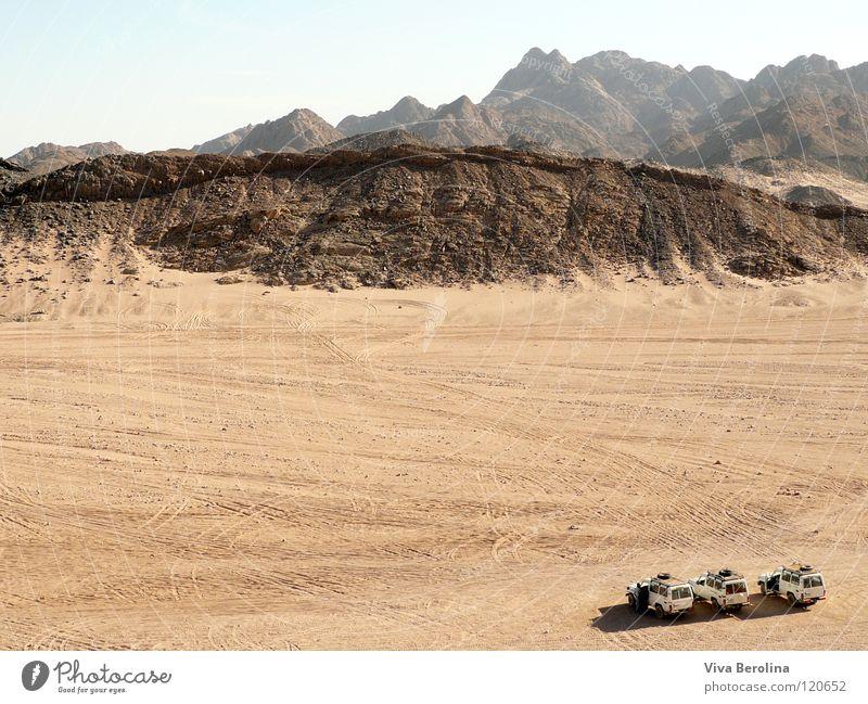 Sprungschanze Geländewagen Horizont Spuren Unendlichkeit Ferne groß klein Ferien & Urlaub & Reisen Ägypten Safari Wüste Jeep Jeeps Sand Freiheit
