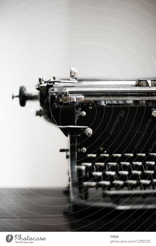 analog links Lifestyle Bildung Sammlerstück Schreibmaschine alt historisch retro schwarz Vergänglichkeit Wandel & Veränderung Tastatur Hebel Schwarzweißfoto