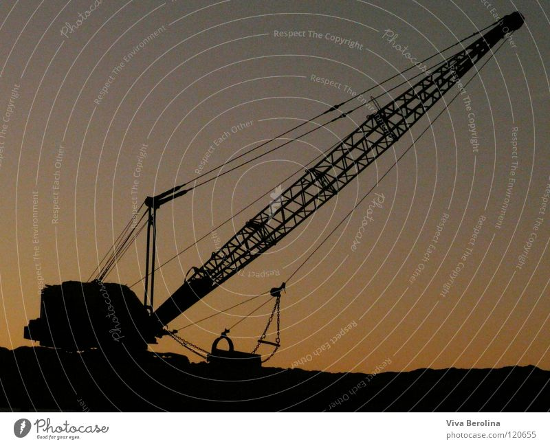 Feierabend Kran Baustelle Sonnenuntergang Sonnenaufgang schwarz Silhouette Schattenspiel Dämmerung Handwerk Technik & Technologie Seil Himmel Kontrast