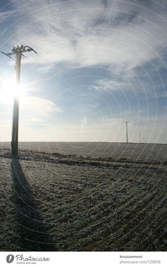 AC/DC Elektrizität Hochspannungsleitung Strommast Energiewirtschaft Wolken Winter Feld Fußweg ländlich Hunsrück kalt Gegenlicht Winterhimmel Horizont
