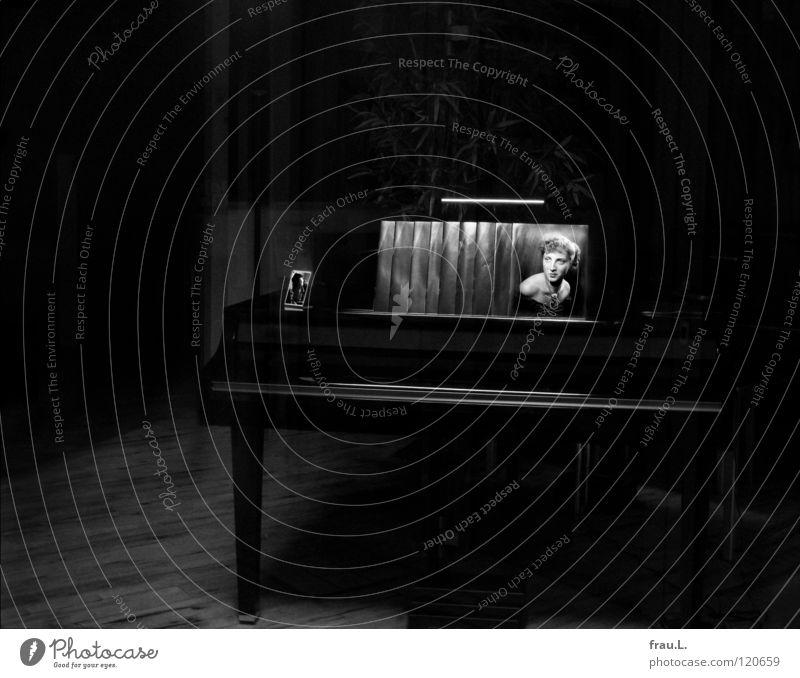 Klavierzimmer Frau schön dunkel Musik Fotografie Kunst Kultur Konzert Dame Bühne Theaterschauspiel Palme Klavier privat Schaufenster Montage