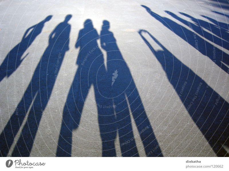 Spiegelbild II Frau Mensch weiß Mädchen Sonne Sommer Freude schwarz Straße Gefühle Bewegung Party Freundschaft warten Beton mehrere