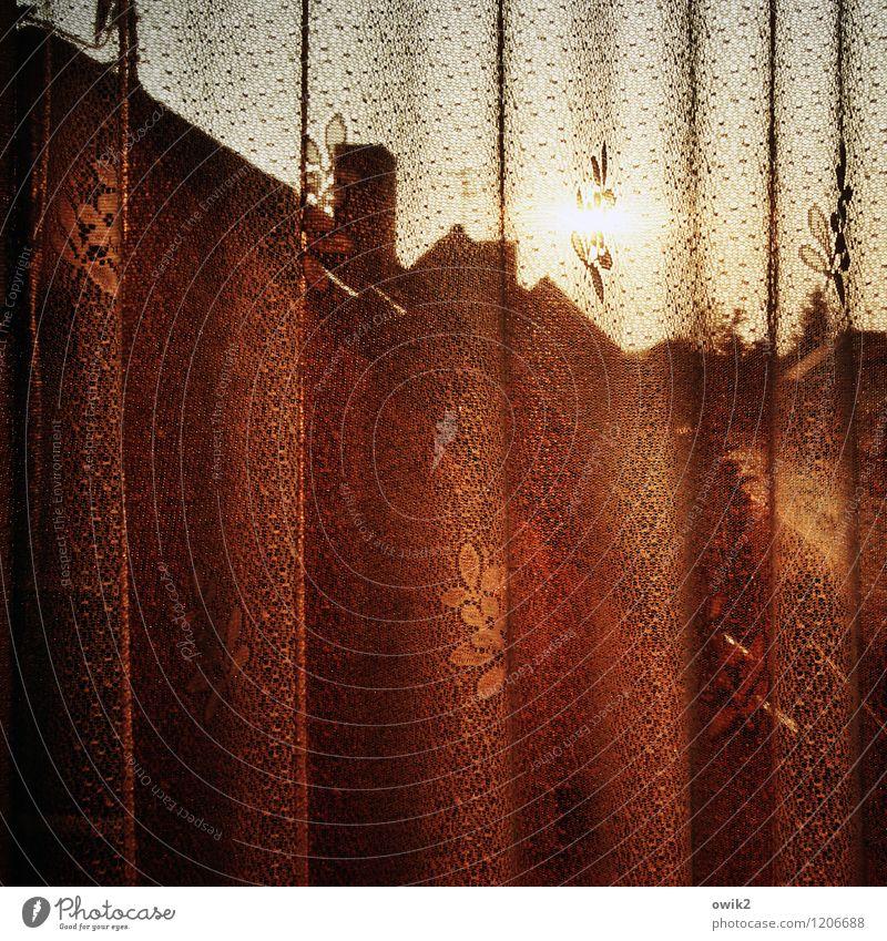 Diskretion Wolkenloser Himmel Schönes Wetter Wärme Haus Fenster Dach Schornstein Gardine Faltenwurf hängen leuchten Stimmung ruhig stagnierend Abendsonne