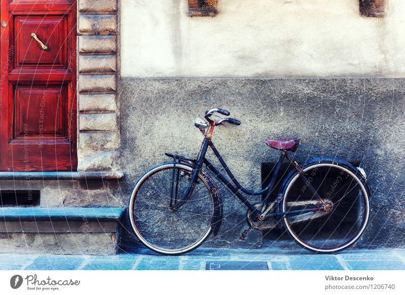 Weinlesefahrrad gegen die Wand vor der Tür Stadt alt Farbe Sommer Haus schwarz gelb Leben Straße Architektur Stil Gebäude Stein Lifestyle Fassade dreckig