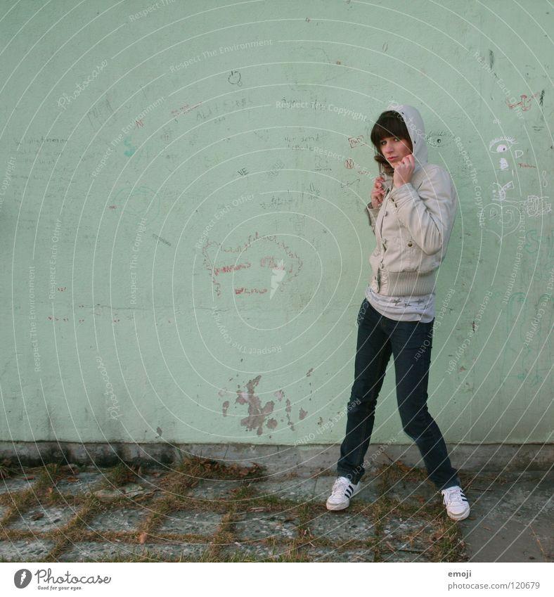 Poserin XXXXXXXXL grün türkis Winter kalt Frau Kapuze Jacke stehen Wand Schmiererei Gemälde Jugendliche keine Ahnung Herbst Graffiti Buchstaben Wort Stil