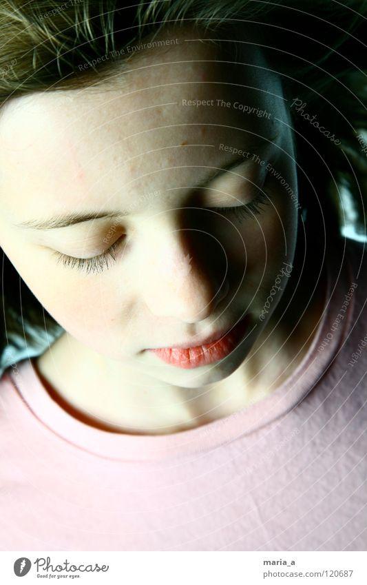 ein kleiner engel Mädchen Kind schön verlegen Denken feminin T-Shirt rosa Wimpern bescheiden zart geschlossene Augen Blick ruhig Mund Haare & Frisuren Wind