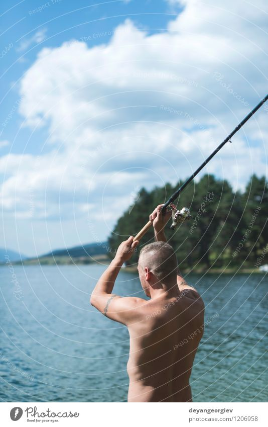 Mann beim Angeln mit Rute Mensch Himmel Natur Ferien & Urlaub & Reisen Sommer Erholung Landschaft Erwachsene Sport Gesundheit See Lifestyle Wasserfahrzeug