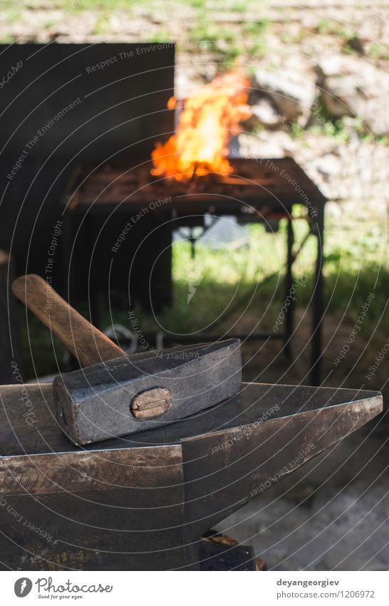 Schraubstock und Amboss in einem Schmiedegeschäft. Arbeit & Erwerbstätigkeit Handwerk Werkzeug Hammer Metall Stahl alt dreckig heiß retro rot Tradition Feuer