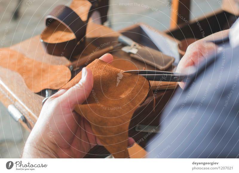 Schuhe manuell machen Mensch Mann alt Hand Erwachsene Arbeit & Erwerbstätigkeit Tradition Handwerk Lager Werkzeug Basteln Mitarbeiter Leder Reparatur