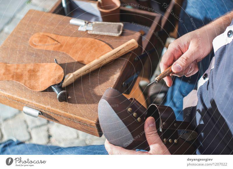Schuhe manuell machen Basteln Arbeit & Erwerbstätigkeit Handwerk Werkzeug Mensch Mann Erwachsene Leder alt Tradition Schuster Werkstatt Fähigkeit Produktion