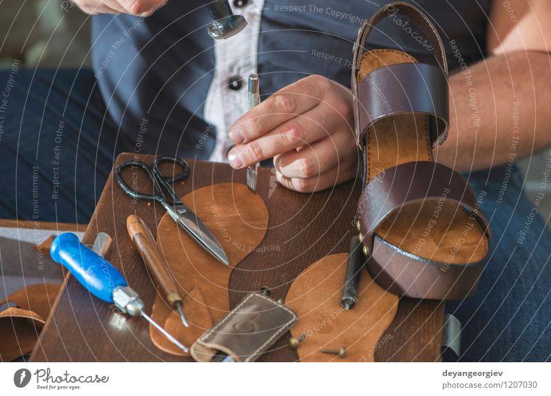 Frau Mann alt Hand Erwachsene Fuß Arbeit & Erwerbstätigkeit Business Schuhe Kultur Tradition Handwerk machen Werkzeug Basteln Mitarbeiter