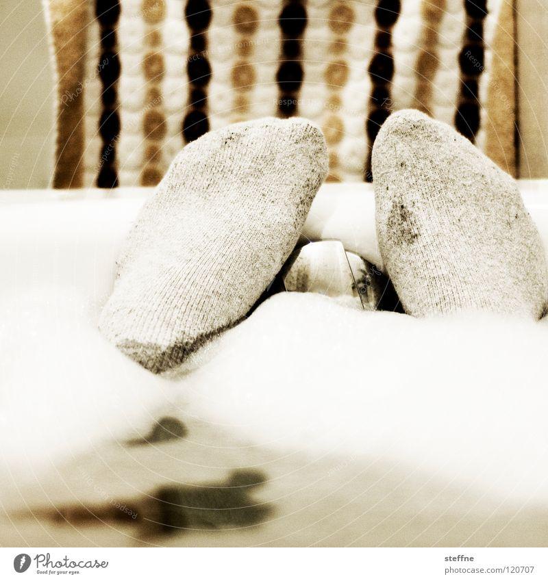 Badevergnügen Badewanne Erholung ausschalten Physik gemütlich Kuscheln Keramik Reinigen Sauberkeit Knie Zehen Feierabend Wochenende sich etwas gönnen weiß gelb