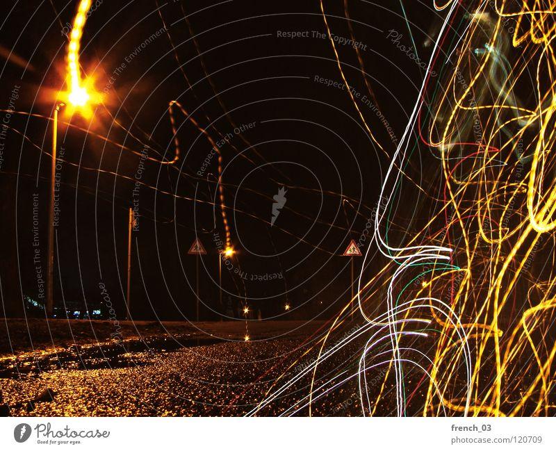 You are not alone Nacht Nachtaufnahme Langzeitbelichtung Asphalt Beton Laterne Lampe Licht leer Verkehr Fahrbahn weiß gelb dunkel Baum schwarz