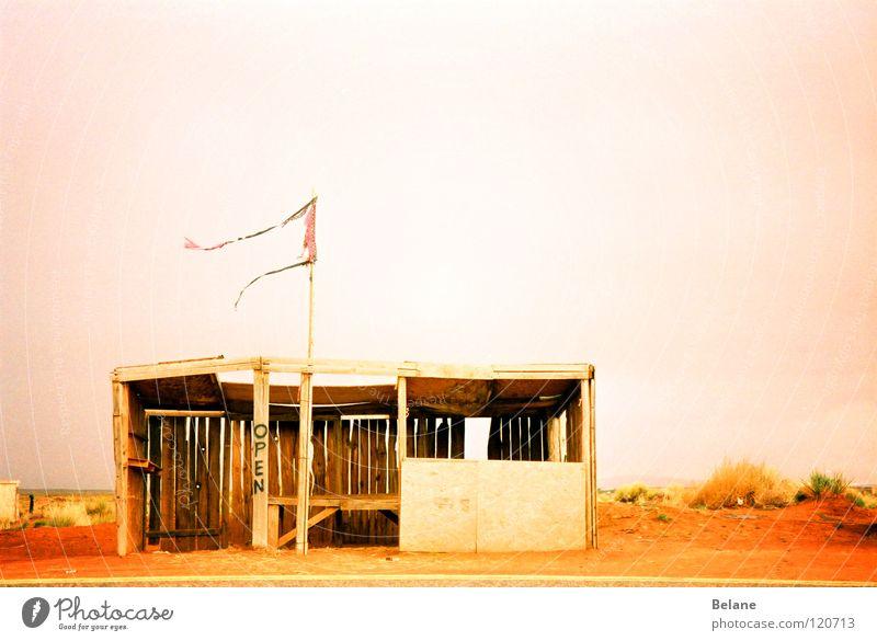 Ausverkauf rot Sand Fahne Wüste Heuschrecke Kapitalismus