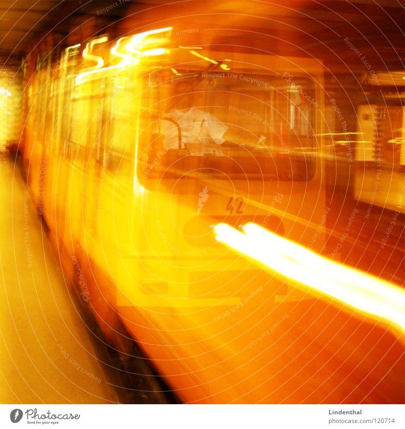 U-BAHN gelb U-Bahn u London Underground Geschwindigkeit Fahrer Gleise direkt Linie Licht Schliere Schalter Knöpfe Zone Bahnhof gold Eisenbahn railway train fasr