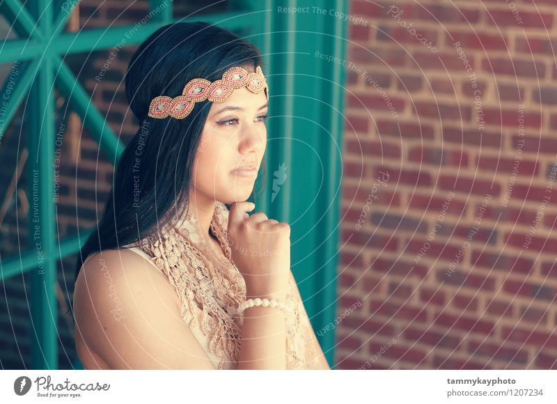 Tragendes Stirnband des schönen jugendlich Mädchens Mensch Junge Frau Jugendliche 13-18 Jahre Kind 18-30 Jahre Erwachsene Mode Accessoire Haare & Frisuren