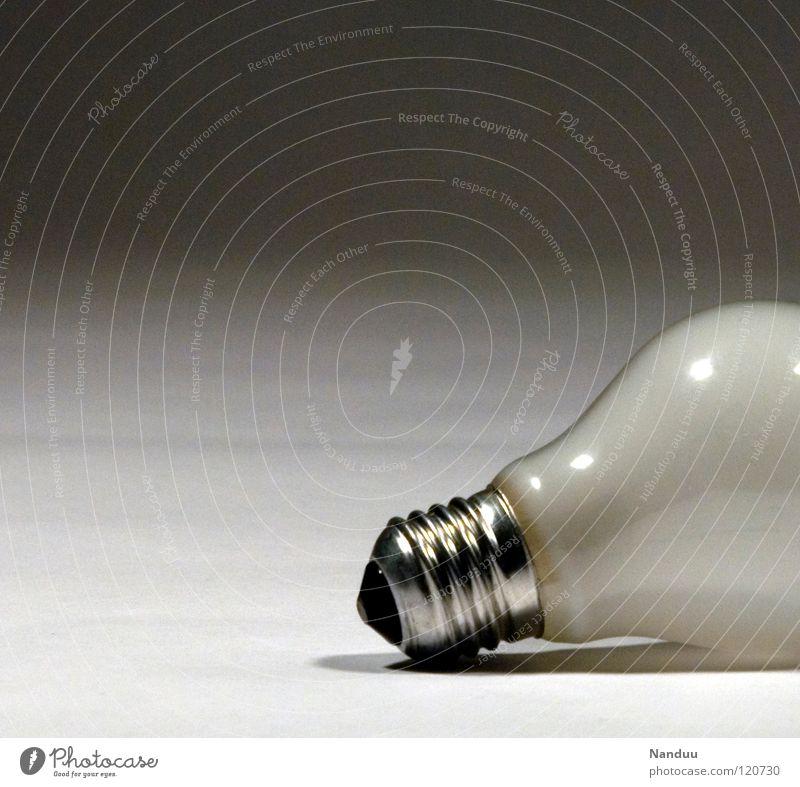 *pling* Beleuchtung grau Lampe Energiewirtschaft Dinge Elektrizität kaputt Idee Ende Langeweile Belichtung Glühbirne Haushalt Stock Erschöpfung schrauben