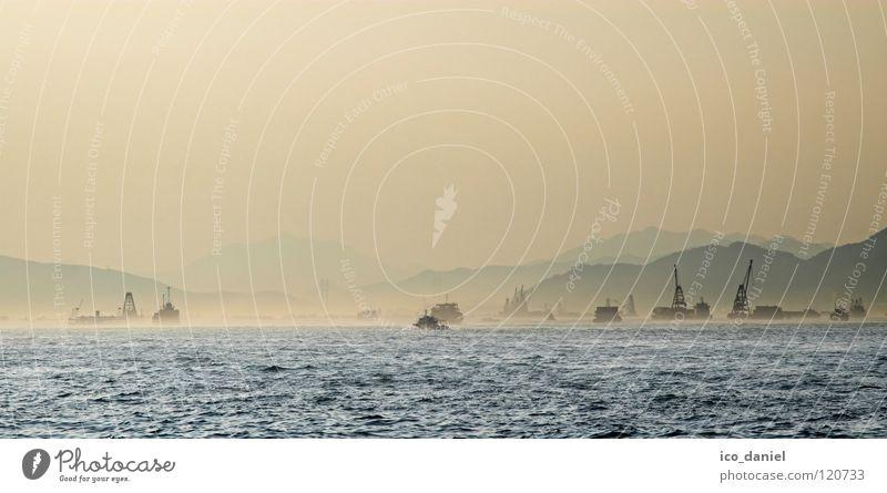 Im Dunst Ferne Meer Berge u. Gebirge Industrie Wasser Nebel Hügel Hafen Wasserfahrzeug bauen blau Hongkong China Asien Kran Smog orange Farbfoto Außenaufnahme