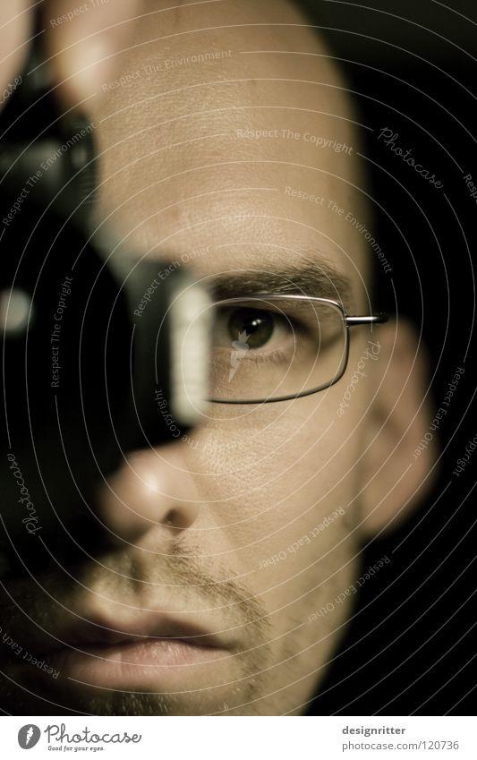 ...CUS Mann Brille Fotokamera Fotografie Fotografieren festhalten Momentaufnahme edel Mensch ich Gesicht Auge Blick Focus focussieren beobachten frieren man