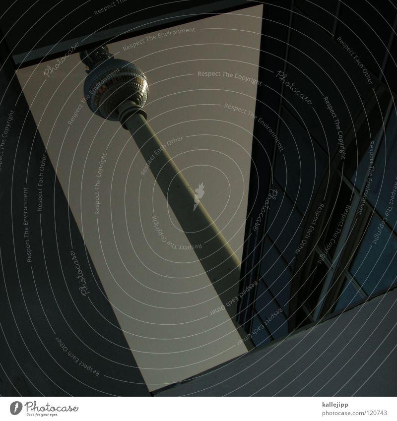 P Buchstaben Alexanderplatz Tourismus Osten Berlin Sightseeing Wahrzeichen Kunst Wolken Himmel grau Silhouette Dieb Krimineller Ausbruch umfallen Fenster