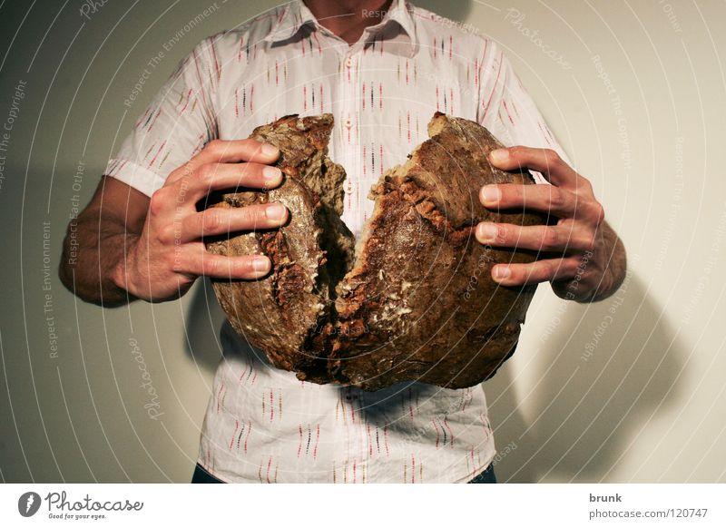 Brot Zerreissprobe Mann Hand Essen Lebensmittel Ernährung Finger Brot Zerreißen Fingerfood Schwarzbrot Körnerbrot