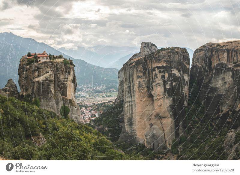 Meteora in Griechenland schön Ferien & Urlaub & Reisen Tourismus Sommer Berge u. Gebirge Natur Landschaft Wald Felsen Kirche Architektur alt Glaube