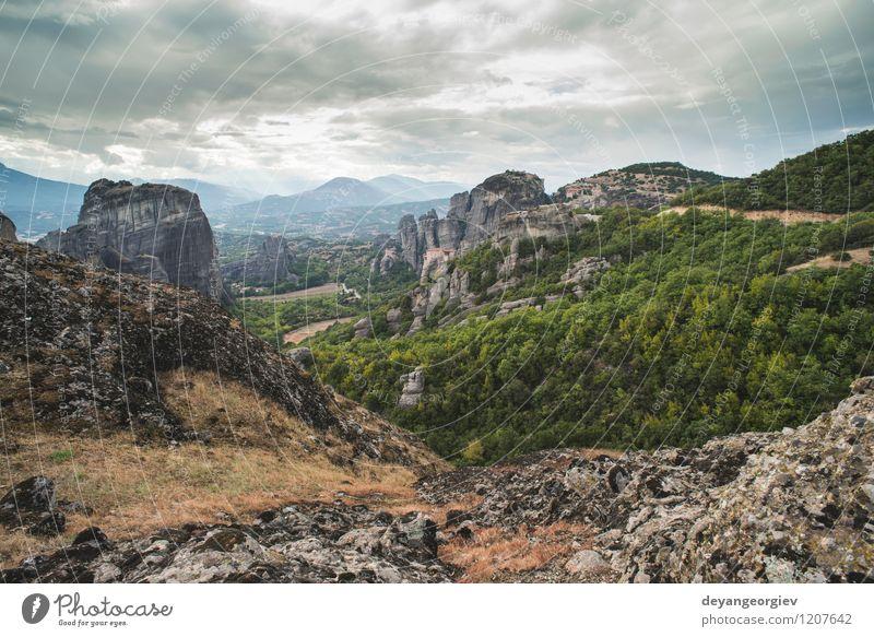Meteora in Griechenland schön Ferien & Urlaub & Reisen Tourismus Sommer Berge u. Gebirge Natur Landschaft Wald Felsen Kirche Architektur alt Kloster Klippe