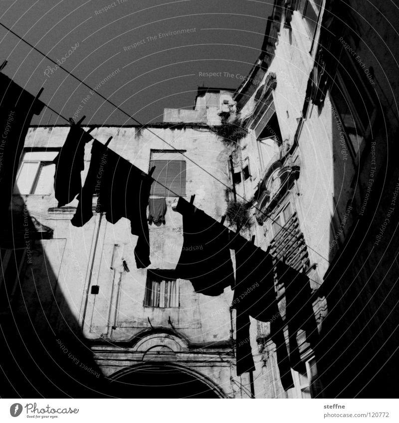 schmutzige Wäsche waschen Bekleidung Dinge trocknen trocken aufhängen Hinterhof Haus schwarz weiß T-Shirt Hemd Pullover Neapel Italien Waschtag dreckig