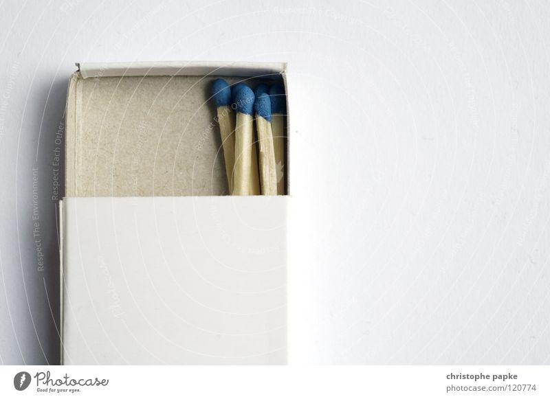 Streichholzpaket mit fünf Streichhölzern auf weißem Grund Streichholzschachtel anzünden streichholzkopf Idee Zusammenhalt Schachtel brennbar licht aufgehen