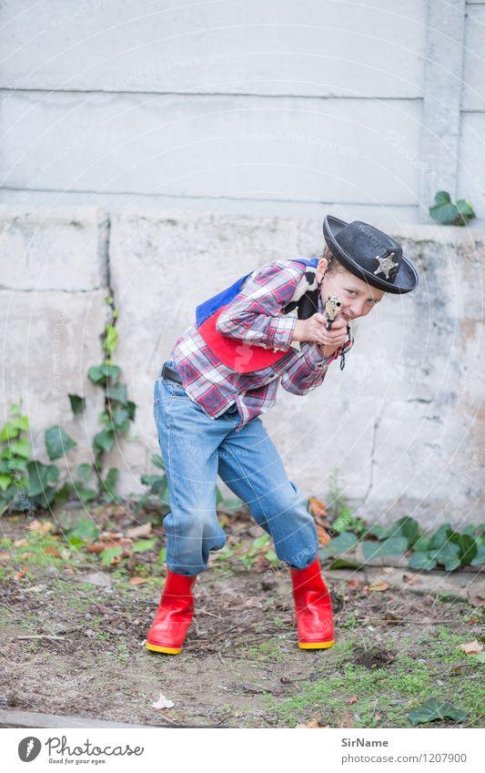 394 [High Noon im Hinterhof] Kinderspiel Cowboyhut Polizist Häusliches Leben Schulhof Junge Kindheit 1 Mensch 3-8 Jahre Efeu Mauer Wand Gummistiefel Hut Pistole