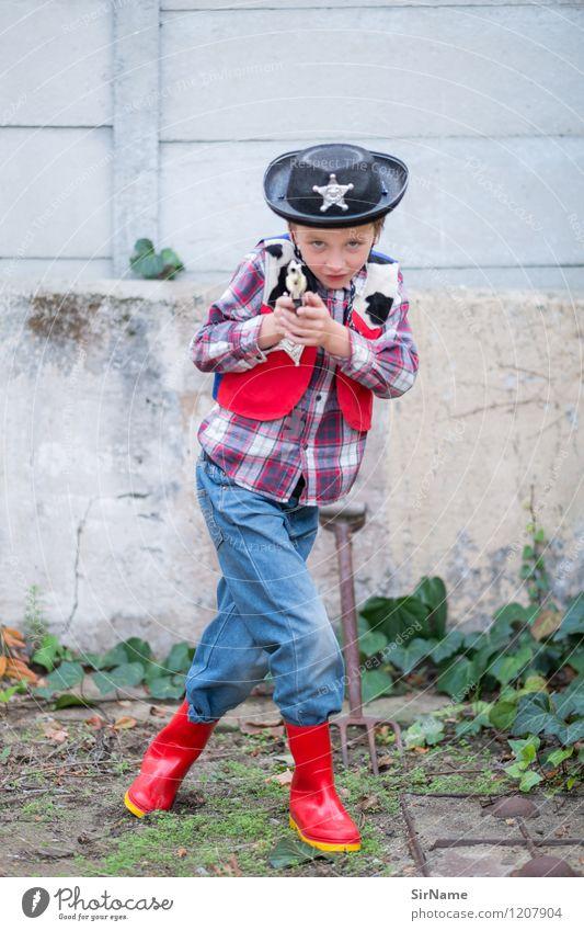 391 [hands up!] Spielen Kinderspiel Polizist Wilder Westen Garten Kindergarten Junge Mensch 8-13 Jahre Kindheit verkleidet Mauer Wand Hemd Jeanshose Fell