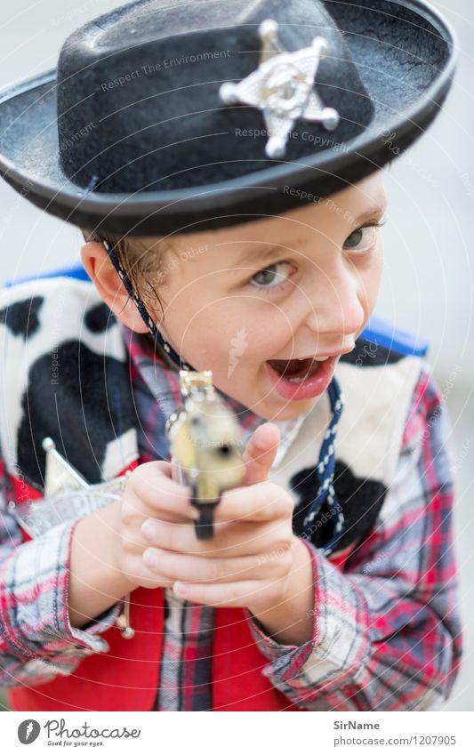 392 [halt!] Mensch Kind Freude Junge Spielen Wohnung Kindheit einfach niedlich Jugendkultur Coolness Schutz fangen Kindergarten frech Kostüm