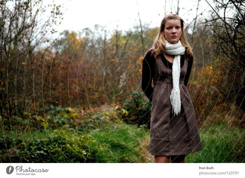 Abay Frau Natur Jugendliche grün Baum Pflanze Blatt Winter Einsamkeit Wald Wiese kalt Herbst Denken Junge Frau blond