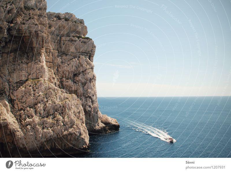 Meer Boot Felsen Natur Sommer Wasser Meer Landschaft Ferne Berge u. Gebirge Küste Freiheit außergewöhnlich Felsen Wasserfahrzeug hoch Insel Ausflug Abenteuer