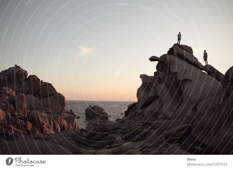 Abenteurer am Capo Testa Ausflug Abenteuer Ferne Freiheit Sommerurlaub Meer Berge u. Gebirge Felsen Klettern Aussicht Bergsteigen wandern maskulin Geschwister