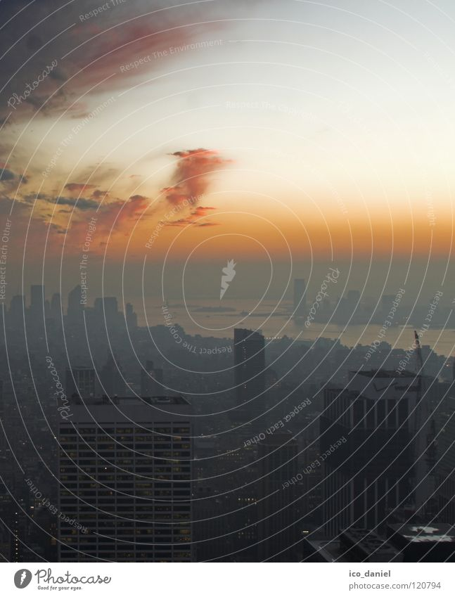 sunset III Sonnenuntergang New York City Nebel Hochhaus Rockefeller Center rot Färbung schwarz Stimmung Prospekt Antenne Wolken East River bedrohlich schön