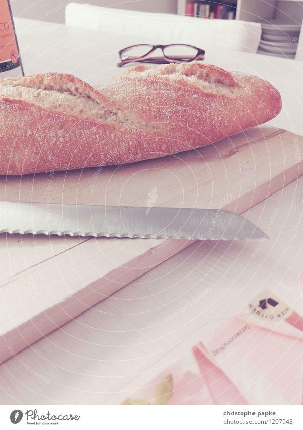 Frühstückszenerie Lebensmittel Häusliches Leben Tisch Ernährung Brille Holzbrett Frühstück Brot Messer Baguette
