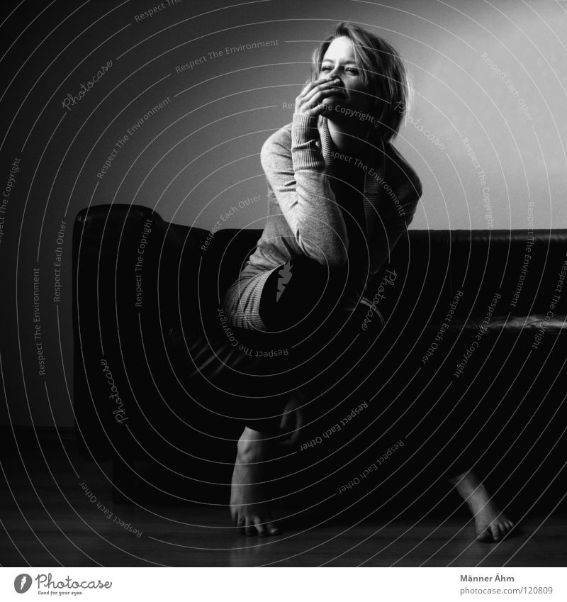 Ja, ich hab einen sitzen! Frau weiß Freude schwarz Holz grau lachen Beine lustig Fuß hell dreckig Arme sitzen warten liegen