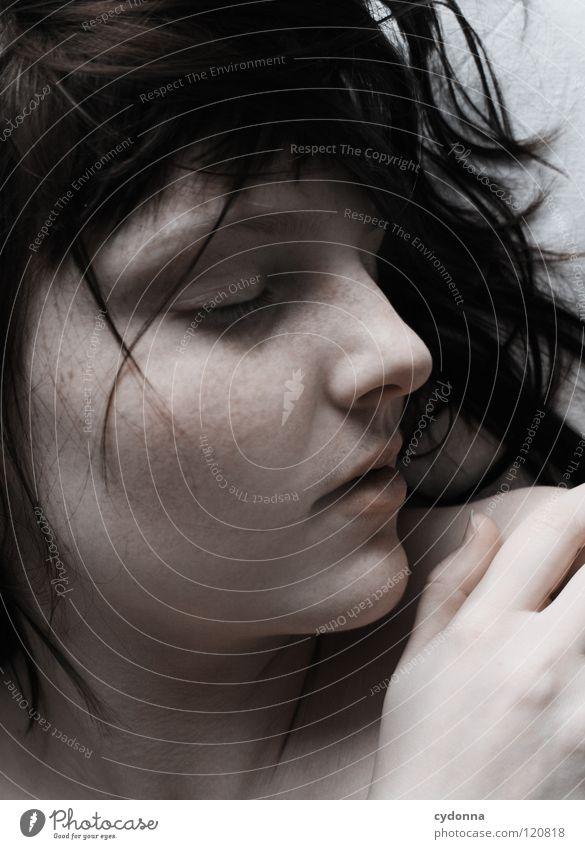 Sleeping Frau schön Beautyfotografie Porträt geheimnisvoll schwarz bleich Lippen Stil lieblich Selbstportrait Gefühle Licht Schwäche feminin Lichteinfall