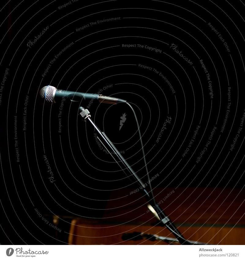 unplugged - the end Musik Musik unplugged Bühne Pause Konzert Mikrofon dunkel leer Beleuchtung halbzeit microphone warten nach dem gick unbesetzt ruhig