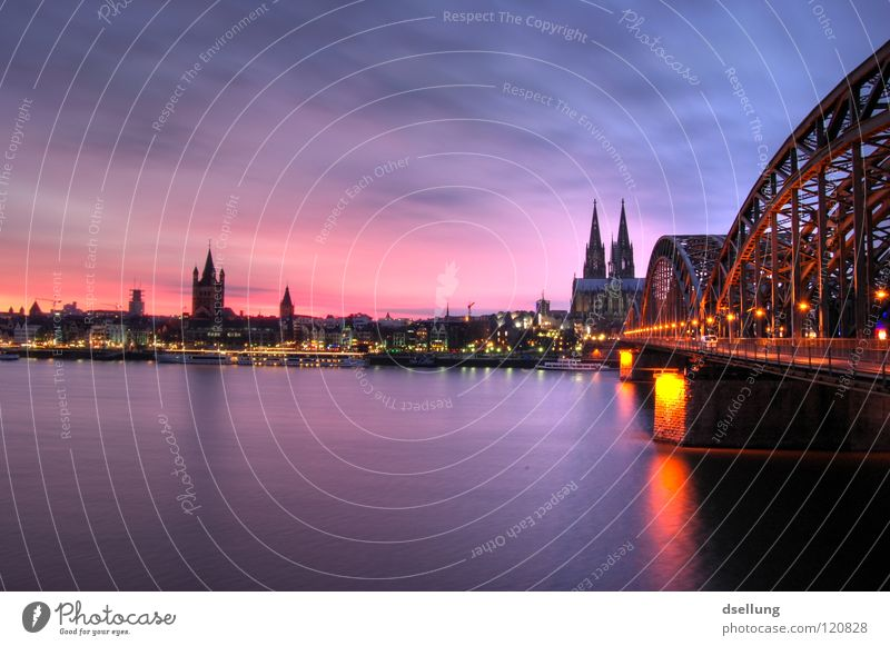 Abenddämmerung Kölner Dom - Eisenbahnbrücke Sonnenuntergang rot blau gelb mehrfarbig Romantik beeindruckend Korona Silhouette Rhein Hohenzollernbrücke violett